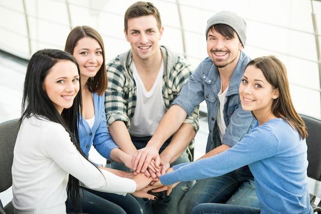 Gruppe von jungen und vielfältigen menschen verbinden die hände. Premium Fotos