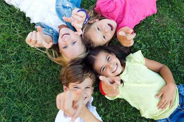 Gruppe von kindern, die spaß im park haben. Kostenlose Fotos