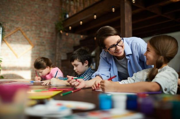 Gruppe von kindern im kunstunterricht Premium Fotos