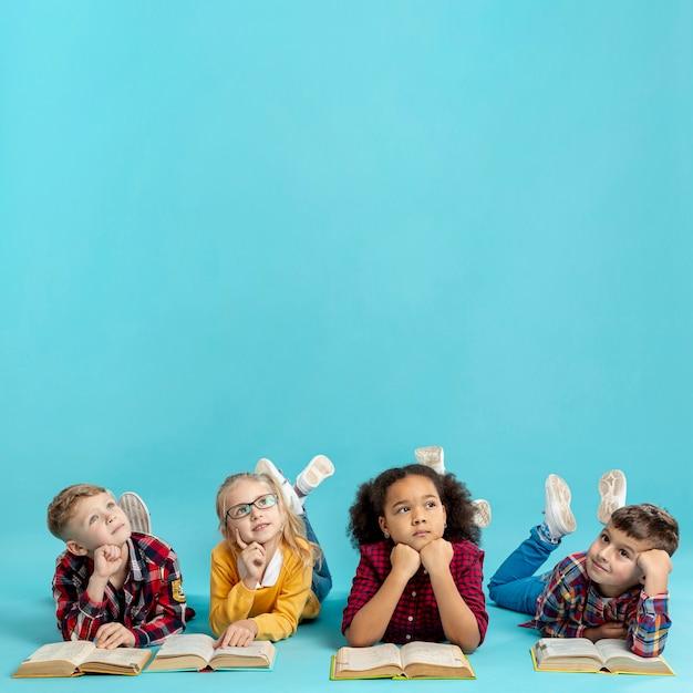 Gruppe von kindern mit büchern Premium Fotos