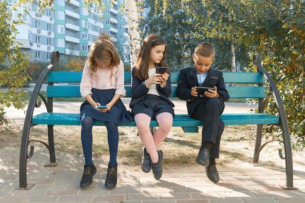 Gruppe von kindern mit handys Premium Fotos