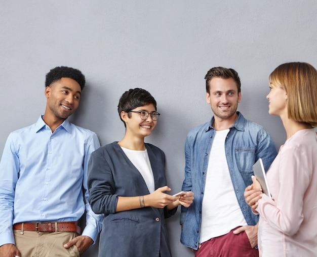 Gruppe von menschen mit smartphones und tablets Kostenlose Fotos