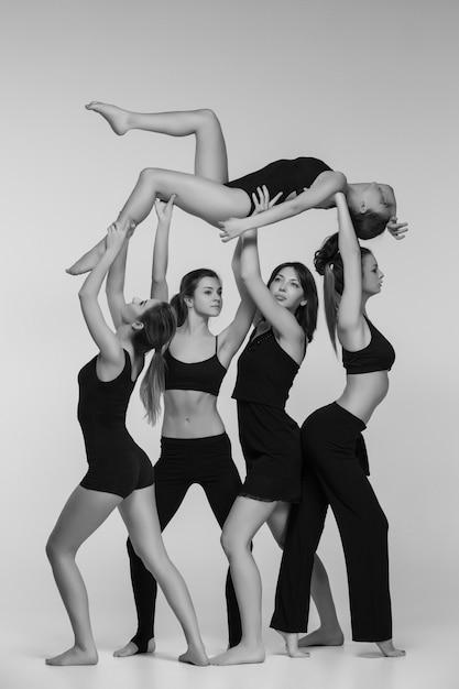 Gruppe von modernen balletttänzern Kostenlose Fotos