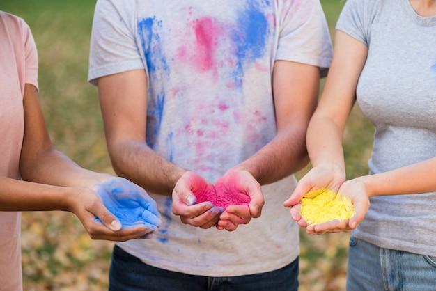 Gruppe von personen, die pulverisierte farben hält Kostenlose Fotos