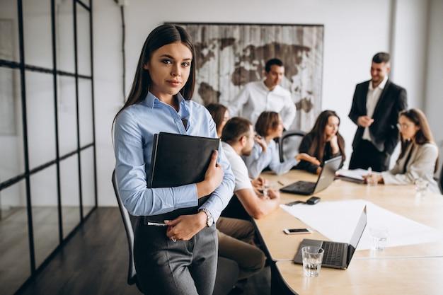 Gruppe von personen, die unternehmensplan in einem büro ausarbeitet Kostenlose Fotos