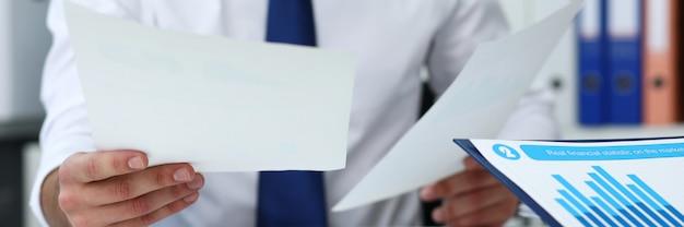 Gruppe von personen halten in den waffenfinanzpapieren, um problem zu lösen und zu besprechen Premium Fotos