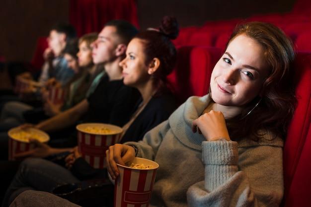 Gruppe von personen im kino Kostenlose Fotos