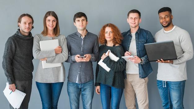 Gruppe von personen mit laptops Kostenlose Fotos