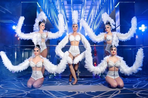Gruppe von schönen tänzerinnen in weißen karnevalskostümen Kostenlose Fotos