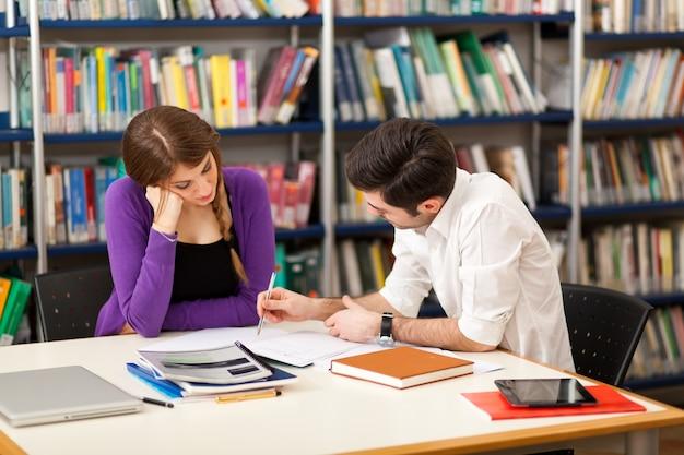 Gruppe von studenten bei der arbeit in einer bibliothek Premium Fotos