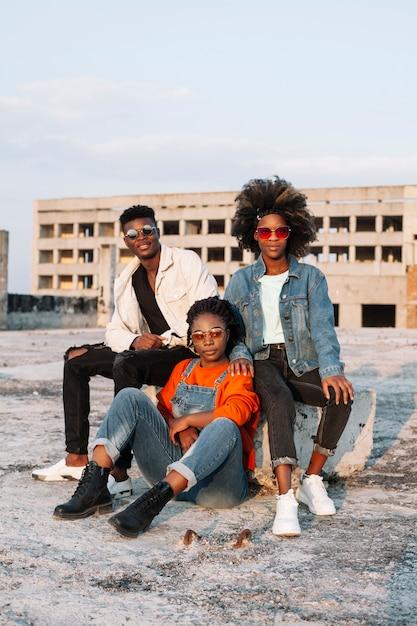 Gruppe von teenagern zusammen rumhängen Kostenlose Fotos