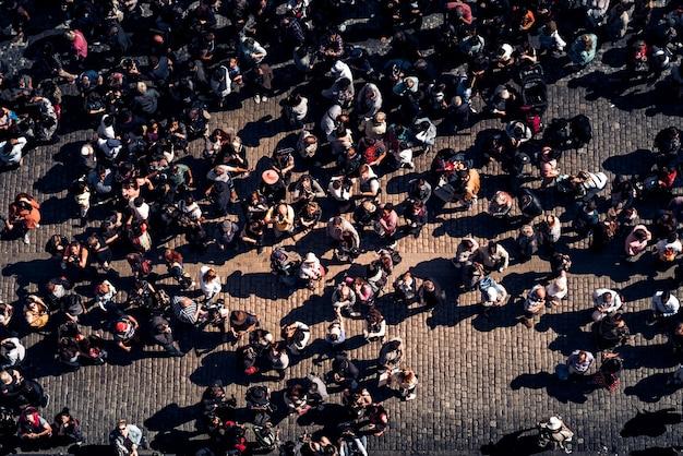 Gruppe von touristen am alten tow square. prag Premium Fotos