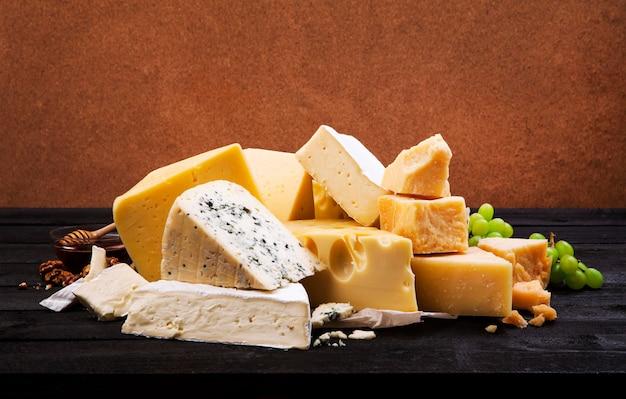 Gruppe von verschiedenen käsesorten Premium Fotos