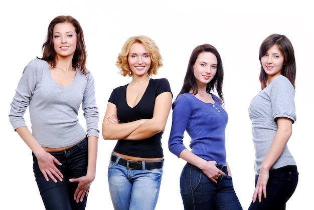 Gruppe von vier jungen glücklichen mädchen. Kostenlose Fotos