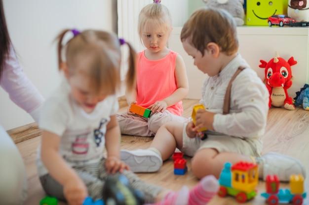 Gruppe von vorschulkindern im spielzimmer Kostenlose Fotos