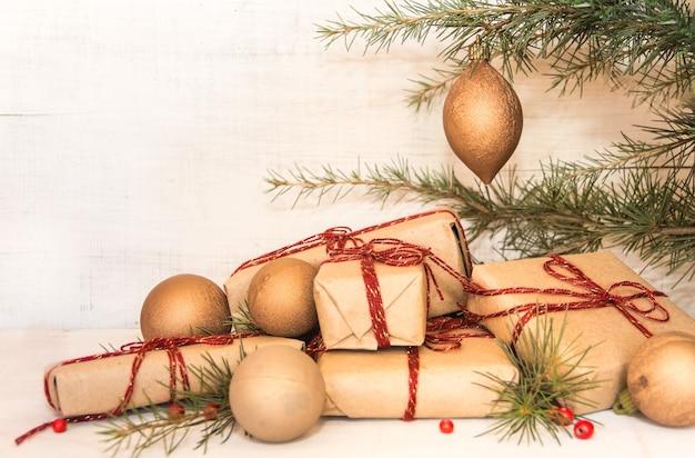 Gruppe von weihnachtsgeschenken auf rustikalem holz Kostenlose Fotos