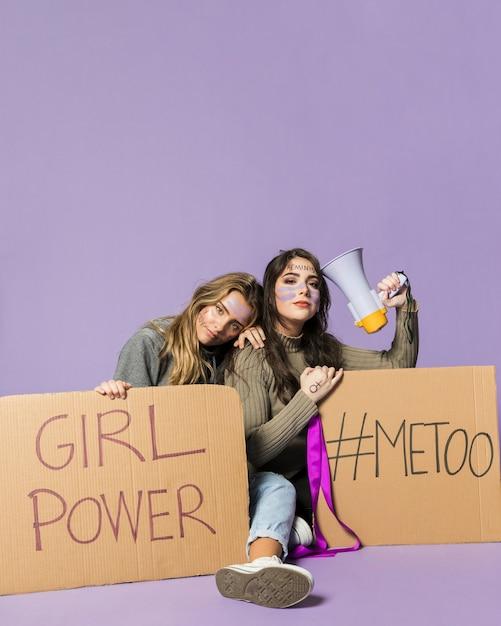 Gruppe weibliche aktivisten, die zusammen protestieren Kostenlose Fotos