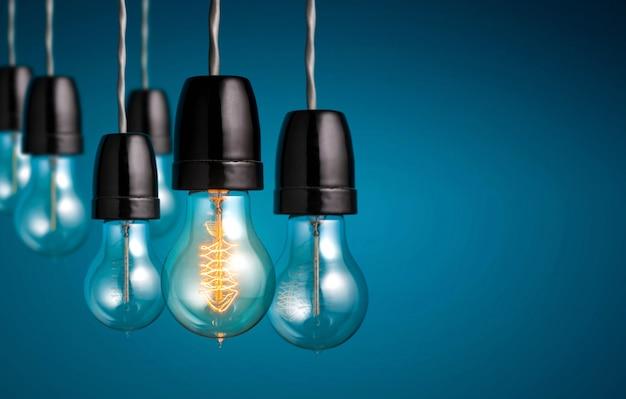 Gruppe weinlesebirnenlichter mit einer antiken glühlampe schalten, kreative idee und führung ein. Premium Fotos