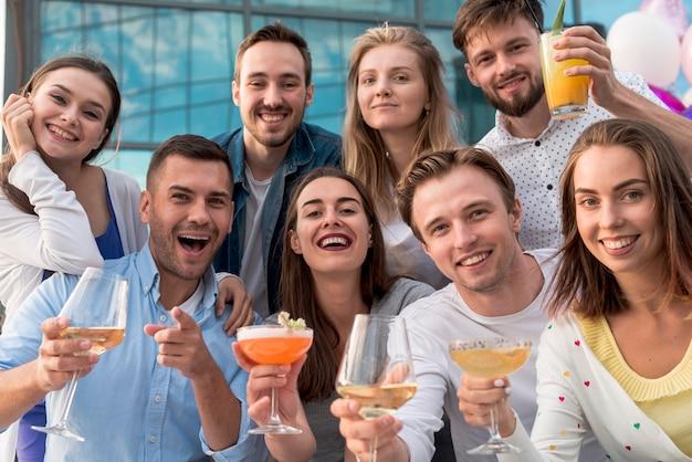 Gruppenfoto von freunden auf einer party Kostenlose Fotos