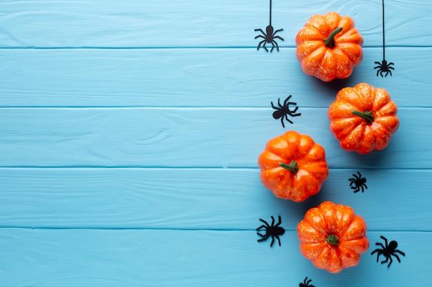 Gruselige halloween-kürbise und spinnen Kostenlose Fotos