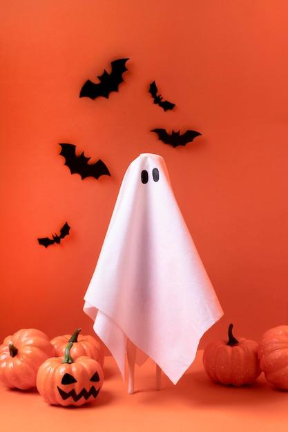Gruseliger halloween-geist mit kürbissen und fledermäusen Kostenlose Fotos