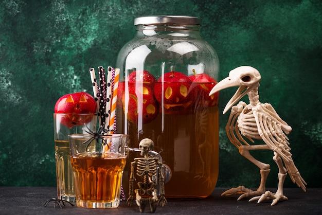 Gruseliges halloween-getränk herbstapfelwein oder limonade Premium Fotos