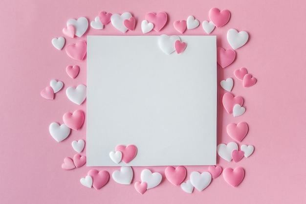 Grußkarte mit den rosa und weißen herzen Premium Fotos