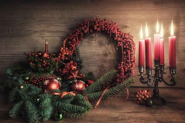 Grußkarte mit gaultheria, poinsettia und weihnachtsdekorationen auf holz Premium Fotos
