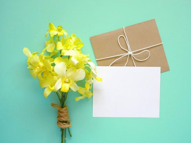Grußkarte mit orchideenblüten Premium Fotos