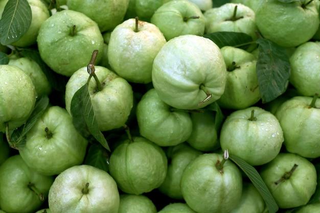 Guavenfrucht frisch für hintergrund-guavensaft, guave, die sauberes lebensmittel, organische guave diät Premium Fotos