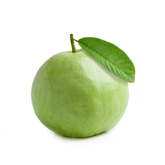 Guavenfrucht getrennt über einem weißen hintergrund Premium Fotos