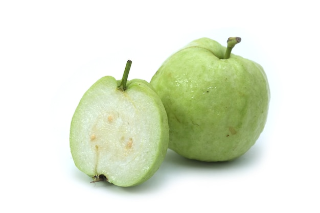 Guavenfrucht lokalisiert auf weißem hintergrund Premium Fotos