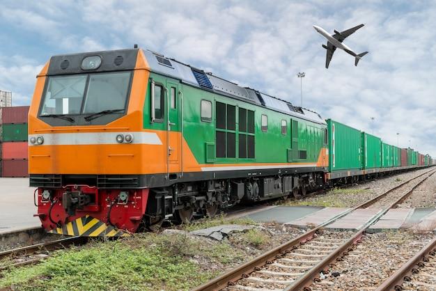 Güterzugplattform mit güterzugbehälter am depot mit frachtflugzeug im hafen Premium Fotos