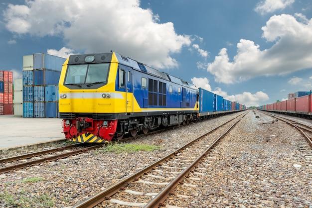 Güterzugplattform mit güterzugcontainer im depot im hafengebrauch für exportlogistik Premium Fotos