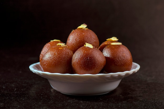 Gulab jamun, indisches dessert mit pistazien Premium Fotos
