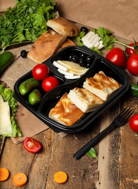 Gurke, tomaten, oliven und weißer käse mit brotscheiben Kostenlose Fotos
