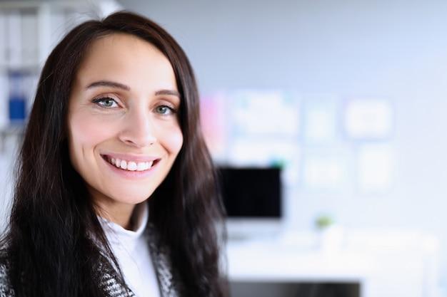Gut aussehende dame drinnen porträt Premium Fotos