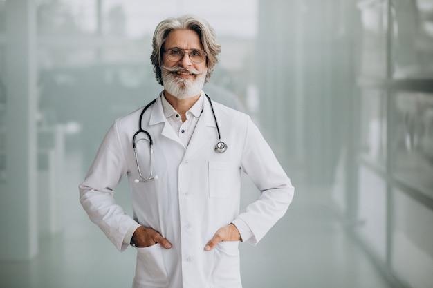 Gut aussehender arzt mittleren alters in einem krankenhaus Kostenlose Fotos
