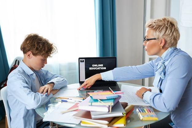 Gut aussehender lehrer und schüler haben unterricht Premium Fotos