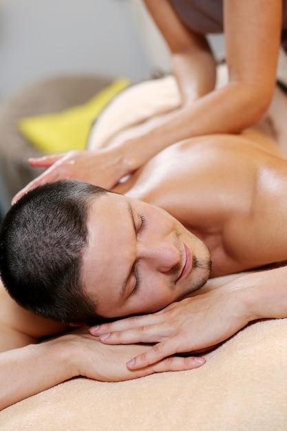 Gut aussehender mann, der an einem badekurort sich entspannt Kostenlose Fotos