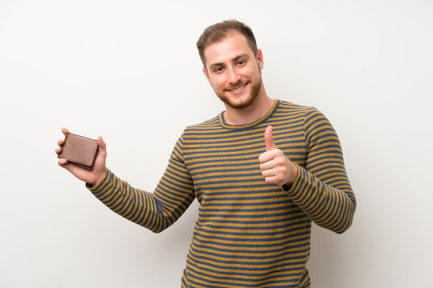 Gut aussehender mann, der eine geldbörse hält Premium Fotos
