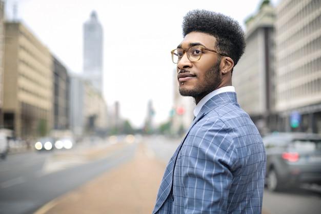 Gut aussehender mann, der einen schönen anzug trägt Premium Fotos