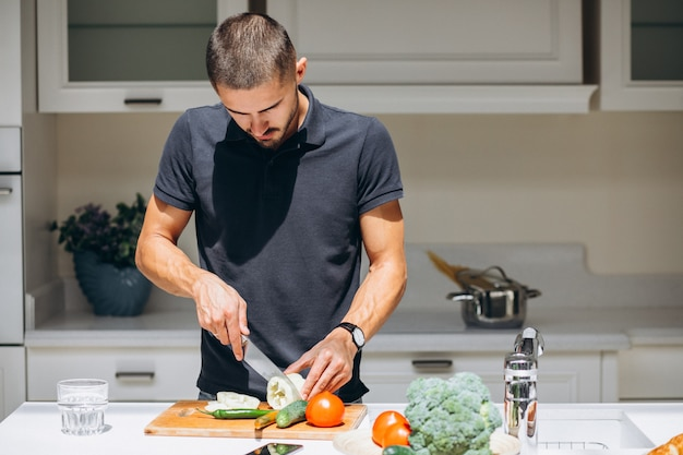 Gut aussehender mann, der frühstück an der küche kocht Kostenlose Fotos