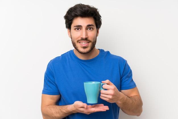 Gut aussehender mann, der heißen tasse kaffee hält Premium Fotos