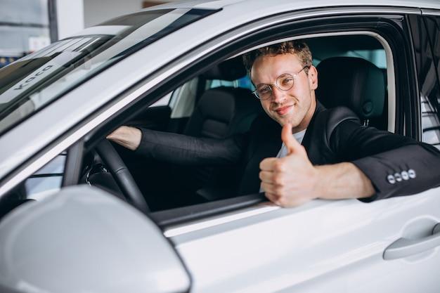 Gut aussehender mann, der in einem auto sitzt Kostenlose Fotos