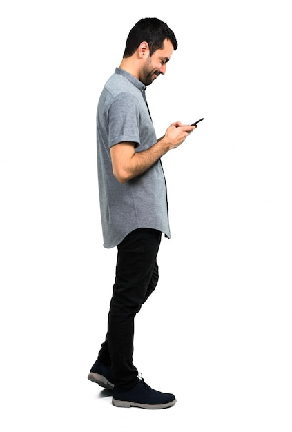 Gut aussehender mann, der mit mobile spricht Premium Fotos