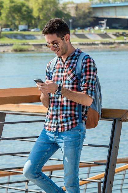 Gut aussehender mann, der textnachricht sendet. Premium Fotos