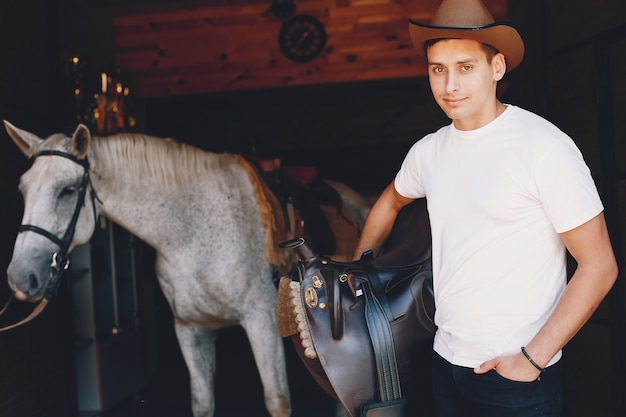 Gut aussehender mann, der zeit mit einem pferd verbringt Kostenlose Fotos