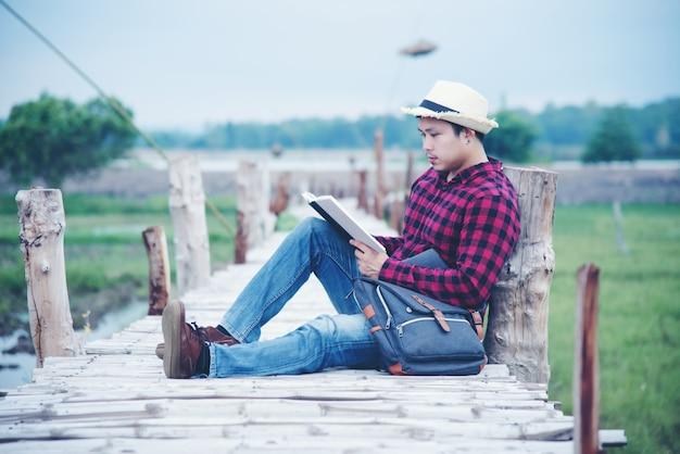 Gut aussehender mann entspannen sich in der reisenatur Kostenlose Fotos
