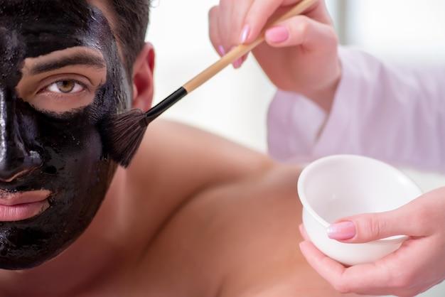 Gut aussehender mann im badekurortmassagekonzept Premium Fotos